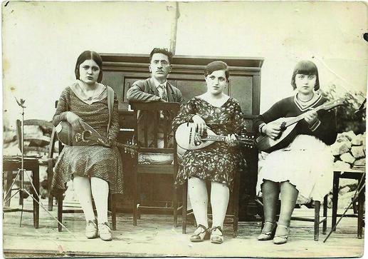 Greek femal musicians. Bildpostkarte; Griechenland, ca. 1920 (Sammlung C. Wagner)